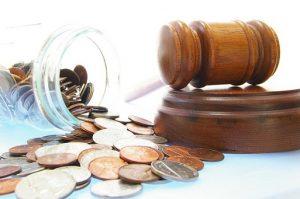 Quem ganha até R$ 2,3 mil pode realmente usar a justiça gratuita? Veja as regras.